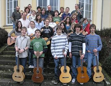 Gruppenbild der Lehrkräfte sowie Schülerinnen und Schüler