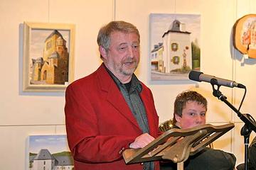 Matthias Faas vor seinen ausgestellten Werken im Kreishaus.