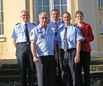 Landrätin Beate Läsch-Weber mit den geehrten Feuerwehmännern.