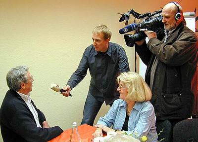 Die Sicherheitsberater Klaus Werland und Maria Bastgen im Interview mit SWR-Redakteur Ansgar Zender im Mehrgenerationenhaus in Wittlich.