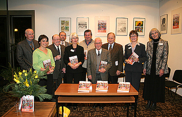 Der Redaktionsausschuss des Kreisjahrbuchs freut sich gemeinsam mit Landrätin Beate Läsch-Weber (2.v.r.) und Redaktionsleiterin Claudia Schmitt (rechts) über das neu erschienene Werk.
