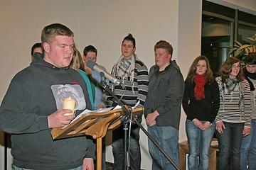 Schüler reichen eine Kerze zur Erinnerung an die Kinder von Izieu weiter.