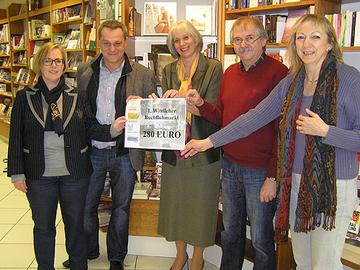 Bildunterzeile: Spendenübergabe für Heimatbücherei des Landkreises in Buchhandlung Rieping – von links: Claudia Jacoby, Karsten Mathar, Claudia Schmitt, Michael Scheid, Elke Scheid