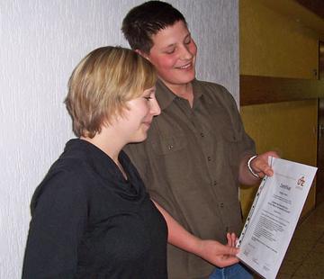 Marcel Marx von der Liesertal-Schule zeigt einer Mitschülerin stolz sein Zertifikat.