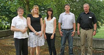 Landrätin Beate Läsch-Weber und Personaleiter Hans Steffes begrüßen die neuen Auszubildenden Anna Greis, Yvonne Mathei und Lukas Schneider.