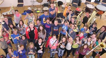 Gruppenfoto eines Blasorchesters mit vielen Kindern und Jugendlichen
