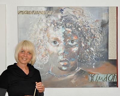Portrait von Martina Gregory-Graefe vor einem ihrer Werke.
