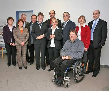 Landesbehindertenbeauftragter Ottmar Miles-Paul (Mitte hinten) beim Besuch der Einrichtung Maria Grünewald in Wittlich.
