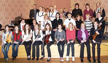 Schülerinnen und Schüler der Musikschule nach dem Konzert.