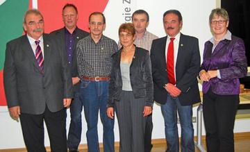 Landrätin Beate Läsch-Weber (l.) ehrte Heribert Knob, Georg Schuh, Hermann Moseler, Hildegard Nauerth-Mettler, Günter Schmitz und Karlheinz Schneider (v.l.) mit der Ehrennadel des Landes.