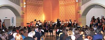 Volles Haus in der Kultur- und Tagungsstätte Ehemalige Synagoge Wittlich beim gemeinsamen Auftritt des Gospelchors Wittlich und des Streichorchesters der Musikschule des Landkreises Bernkastel-Wittlich.