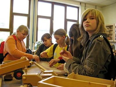 Mädchen beim Girls´Day in der Schreinerei des Überbetrieblichen Ausbildungszentrums in Wittlich.