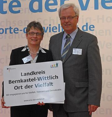 Sichtlich erfreut nahm Landrätin Beate Läsch-Weber die Auszeichnung von Dr. Hermann Kues, Parlamentarischer Staatssekretär im Bundesministerium für Familie, Senioren, Frauen und Jugend entgegen