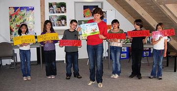 Mit Hilfe der Kinder stellte Autorin Lydia Hauenschild (Mitte) die verschiedenen Stationen der Buchherstellung dar.