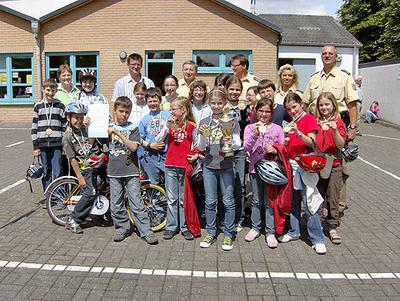 Gruppenfoto der Schülerinnen und Schüler der Grundschule Osann-Monzel.