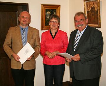 Heribert Knob (r.) erhielt die Große Ehrung des Landkreises, Thomas Schmitt-Schäfer (l.) die besondere Anerkennung des Landkreises von Landrätin Beate Läsch-Weber (m.) überreicht.